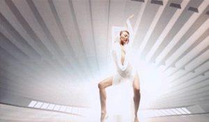 """KYLIE MINOGUE: Kylie Minogue'un seksi sahne ve klip kostümleri arasından belki de en bilineni """"Can't Get You Out Of My Head""""deki """"Ha düştü ha düşecek"""" dedirten, üzerine sadece beyaz kumaş sarılmış gibi duran ama bir o kadar da şık görünen kıyafeti... Hilal Cebeci'nin de aynı elbiseden yaptırdığını daha önceki yazılarımın birinde bahsetmiştim hatırlarsanız..."""