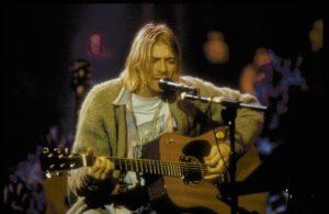 KURT COBAIN: Kurt Cobain de tıpkı Çelik gibi kostümlerine fazla para harcamayanlardan... Diğer şarkıcılar sahne kostümleri için servetlerini sererek ünlü modacıları tutup özenip bezenirken Cobain, yağlı küt saçları, eskimiş hırkası, sıradan blue jean'i ve oduncu gömlekleriyle şarkılarını söyledi. 90'lar gençliği de belki bu yüzden kendilerini Nirvana'ya yakın hissetti. Dolabımızdan hırka, oduncu gömlekleri eksik olmazdı zaten o yıllarda...