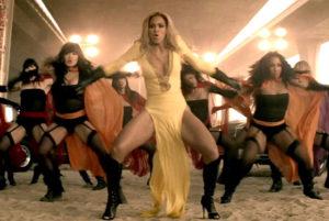 """BEYONCE: Destiny's Child döneminden beri Beyonce de moda dünyasına yön veren şarkıcılardan birisi oldu. Örneğin """"All The Single Ladies"""" klibindeki tıpkı MJ gibi tek giydiği deri eldivenini ve siyah seksi kıyafetini kim unutabilir? Fakat bence """"Run The World"""" klibindeki yırtmaçlı sarı abiyesi ve topuklu uzun çizmeleri çok daha ateşli!"""
