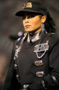 JANET JACKSON: Janet Jackson da kıyafetlerine özen ve önem gösteren ünlülerden... Özellikle de Rhythm Nation'daki polis üniformasına benzeyen kep şapkası, siyah eldivenleri, üzerinde demirler bulunan siyah kıyafeti, büyük halkalı küpeleri olay yaratmıştı.