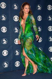 JENNIFER LOPEZ: Jennifer Lopez kliplerindeki seksi abiye kıyafetleriyle de adında söz ettiriyor. Fakat kendisinin MTV Müzik Ödülleri'nde giydiği Versace imzalı elbisesini kim unutabilir ki? Bu kostümü o kadar çok sevildi ki Geri Halliwell'den Ebru Gündeş'e birçok ünlü aynı kıyafetten sipariş edip giydi.