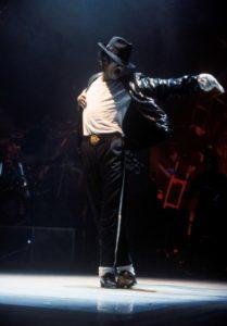 MICHAEL JACKSON: Michael Jackson asla moda kurallarına uymamış ama kendi modasını yaratmış bir isimdi. Hatta öyle ki özellikle de 80'li yıllarda birçok insan tarafından taklit edildi. Her kostümü olay oldu. Mesela benim favori MJ kostümlerim Bad, Come Together, Smooth Criminal, Beat It, Thriller ve The Way You Make Me Feel ama tabii ki Popun Kralı deyince akla gelen ilk imaj simli siyah ceketi, beyaz çorapları, fötr şapkası, kısa pantolonu, pullu tek eldiveni, moonwalk yaptığı klasik siyah ayakkabıları, beyaz t-shirt'ünden oluşan Billie Jean kostümü... Motown'un 25. yıl dönümünde ilk kez bu kostümü giydiğinde aslında değişiklik olsun diye annesinin ceketini giydiğini de belirtelim.
