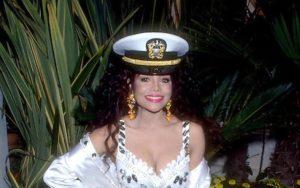 LA TOYA JACKSON: La Toya Jackson da aslında kız kardeşi Janet ve erkek kardeşi Michael gibi 80'li yılların modasına yön veren isimlerden... Sayesinde kabarık vatkalı ceketler, permalı saçlar ve saça takılan bantlar moda olmuştu. Serpil Çakmaklı gibi ünlüler makyaj tarzına kadar onu taklit etmişlerdi. Özellikle de denizci kaptanı şapkası daha sonradan başka şarkıcılar tarafından da takılmasına neden oldu.