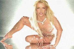 """BRITNEY SPEARS: Britney liseli kızdan hostese kadar kılıktan kılığa girdi. """"Oops! I Did It Again""""deki kırmızı deri elbisesini ya da """"Slave 4 U""""da yılanla beraber çıktığı dansöz kıyafetine benzer kostümünü hangimiz unutabiliriz? Ama """"Toxic"""" klibindeki pullu transparan kıyafeti o kadar sükse yaptı ki benzerini yaptırmayan kadın şarkıcı kalmadı diyebilirim."""
