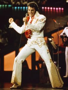 ELVIS PRESLEY: Elvis Presley deyince aklınıza ne geliyor? Büyük ihtimalle Erol Büyükburç'un da taklit ettiği İspanyol paçalı beyaz pantolonu, siyah uzun favorileri, üzerinde taşlar olan takım elbisesi, büyük kemerleri, boynuna astığı Hawai çiçekleri... Yakışırdı krala...