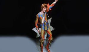 """DAVID BOWIE: Aramızdan ayrılan bir başka isim olan David Bowie boşu boşuna """"Fashion"""" adında şarkı yapmadı aslında... Turuncu saçları ve daha önceden kimsenin giymediği rengarenk sahne kostümleri, vatkalı ceketleri kendisin tarzı örnek alınarak yapılan defilelere bile ilham kaynağı oldu."""