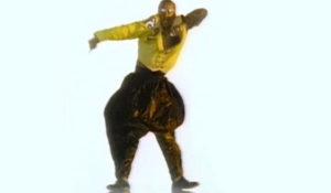 MC HAMMER: Hazır Jennifer Lopez'den laf açılmışken kendisinin önceden MC Hammer ve Janet Jackson'ın arkasında dans ettiğini biliyor muydunuz? İşte rapçi olanı MC Hammer, bol şalvarlı pantolonu ve dekolteli sarı ceketi ile beraber 90'lı yılların hip-hop modasını başlatmıştı. Vanilla Ice'dan Will Smith'e, Eminem'den Will.i.am'e kadar birçok hip-hop'çı geçmişten günümüze hala bol pantolon giymektedir.