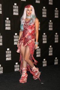 """LADY GAGA: Lady Gaga her ne kadar birçoğunu Madonna'dan örnek alsa da her kostümü ile olay yarattı. Ayakkabıları """"Lady Gaga ayakkabısı"""" olarak moda literatürüne geçti. Sadece bariyer veya gazete giydiği zamanlar bile oldu. Fakat öyle bir kıyafeti vardı ki, benzersizdi. Gerçek etten yapılma elbisesi ile MTV Video Müzik Ödülleri'nde olay yaratmıştı."""