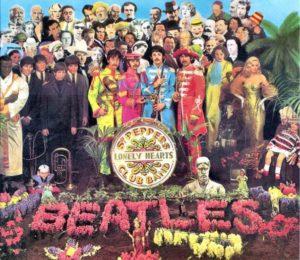 """BEATLES: John Lennon, Paul McCartney, Ringo Starr ve George Harrison'dan kurulu efsanevi grup kahküllü saçlarıyla 60'lı yılların erkek modasını belirlediler. Her ne kadar """"The Beatles"""" deyince akla takım elbiseli ve kravatlı siyah beyaz fotoğrafları gelse de bence """"Sgt. Pepper's Lonely Hearts Club Band"""" albüm kapağı için giydikleri rengarenk bando kıyafetleri onları daha çok temsil ediyor. Giyim tarzıyla kimselere benzemeyen Michael Jackson bile sonradan böyle bellboy tarzı ceketler giydi. Hatta Popun Kralı ile özdeşleşti bu akım... Ama bu modayı ilk olarak Beatles üyeleri başlattı.  NOT: 11.02.2019 tarihinde yazdığım bu yazım ilk olarak aynı gün http://www.sadecemuzik.net/Galeri-Haber/sark-c-lar-ve-fenomenlesmis-kostuemleri.html adresinde yayınlanmıştır."""