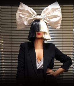 SIA: Yüzünü çok fazla göstermeyen ve hatta kliplerinde kendisi gibi peruk takan bir dansçı kızı ön plana çıkaran gizemli şarkıcı Sia, gözlerini kapayan ve rengini dönem dönem değiştirdiği yarısı farklı renk, öbür yarısı başka renk olan saçlarıyla ve kocaman kurdelaları ve şapkalarıyla ilgi çekmeyi başarıyor.